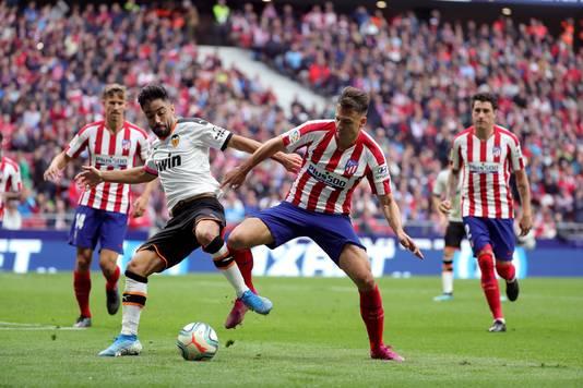 Santiago Arias van Atlético in duel met Jaume Costa van Valencia.