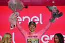 Primoz Roglic met de roze trui na de vijfde etappe in de Giro.