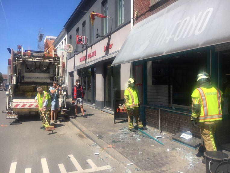 De brandweer ruimde het glas op.