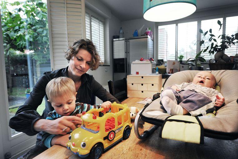 Een moeder past op haar twee kinderen. (Guus Dubbelman/ de Volkskrant) Beeld