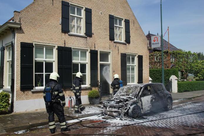 Auto gaat in vlammen op in Waspik