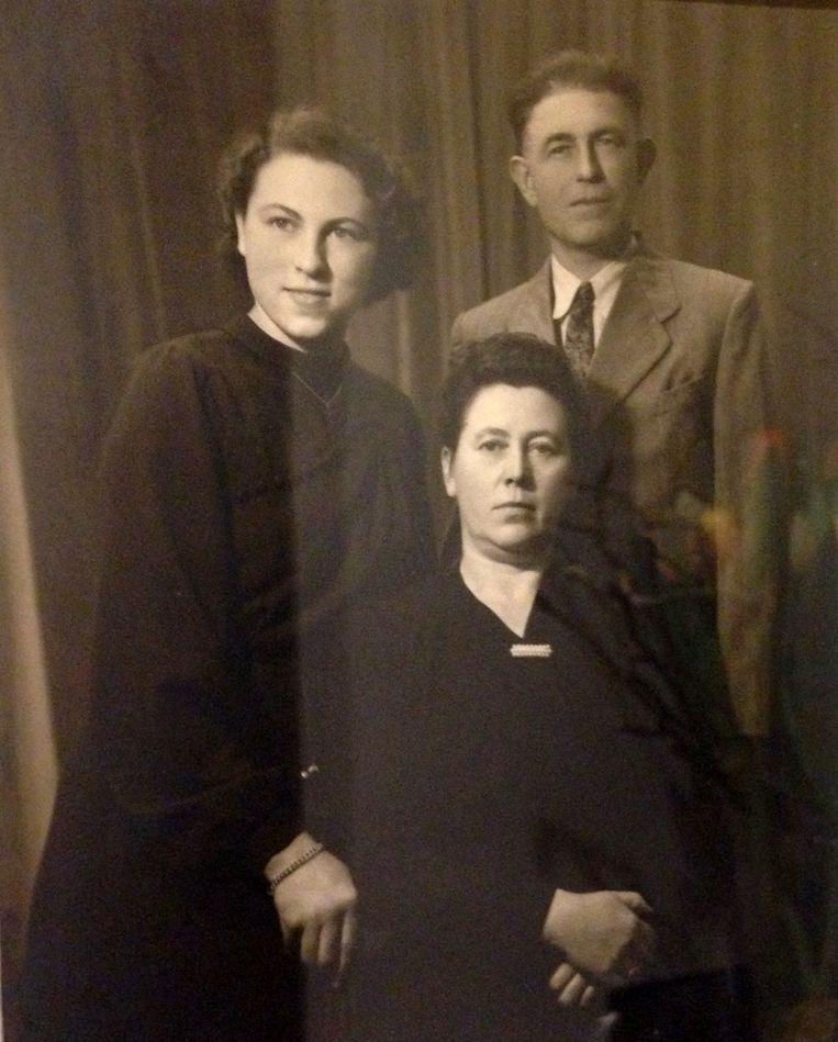Een toen nog piepjonge oma Colette met haar ouders. Colettes moeder Anna was de vaste kok van de prinses de Merode.