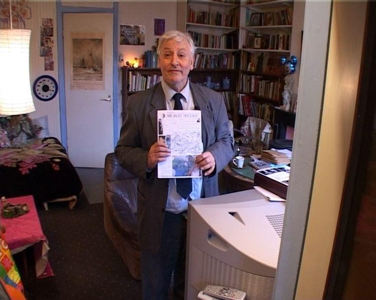 Julius Vischjager met zijn handgeschreven krant, The Daily Invisible. Beeld de Volkskrant