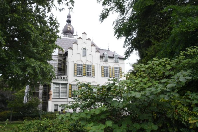 Het raadhuis van Vught, gekenmerkt door een opmerkelijke mix aan architectonische stijlen