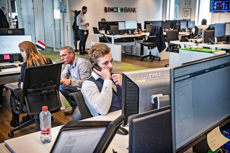 Medewerkers van BinckBank helpen hun klanten. Beeld Guus Dubbelman / de Volkskrant