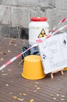 Jonge Democraten voeren ludiek actie in Nijmegen: Dump hier uw drugsafval