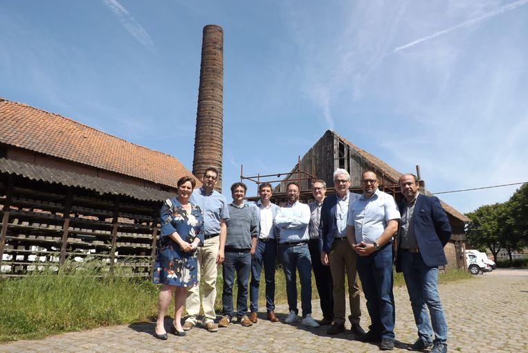 Een delegatie van het gemeentebestuur, de vzw Emabb en Kempens Landschap bij de gebouwen die gerestaureerd zullen worden.
