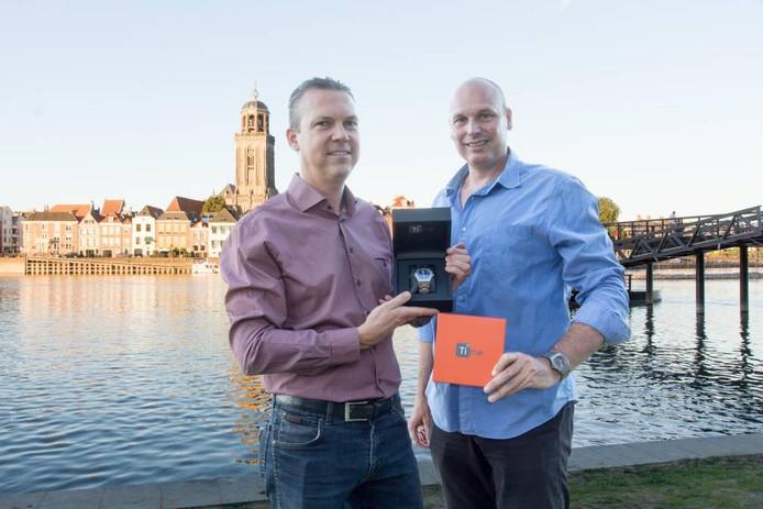 Stefan Wessels en Marc Schot tonen prototypes van hun horloges.