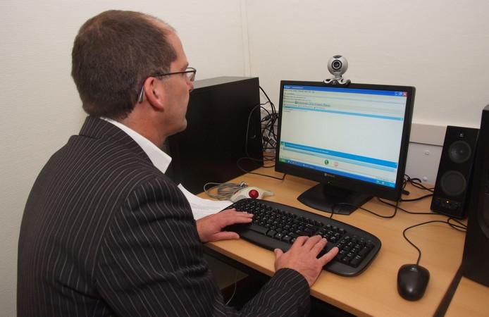 Dr. Huub Dalmeijer vindt dat de computer tussen hem en patiënten in staat.