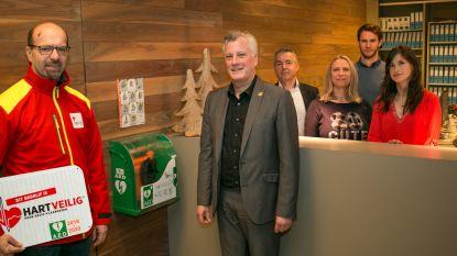 """Immo De Prins zet AED-toestel in kantoor: """"Kan mensenleven redden"""""""