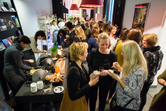 Volle zaal met borrelende dames in Filmcafe Oosterhout ivm Ladiesnight. Foto René Schotanus/Pix4Profs