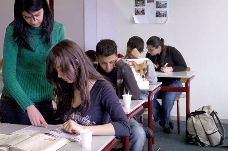 Het aantal huiswerkinstituten in Amsterdam voor studiebegeleiding of bijlessen is de laatste jaren flink toegenomen. Vooral na de kerst hebben zij het druk. De instituten worden vooral bevolkt door leerlingen van havo en vwo. Foto GPD/Frouwkje Bijlstra Beeld