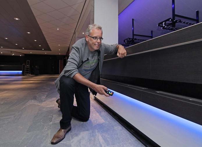 Ron Megens test het aanpassen van de kleuren in de foyer van De Lievekamp.