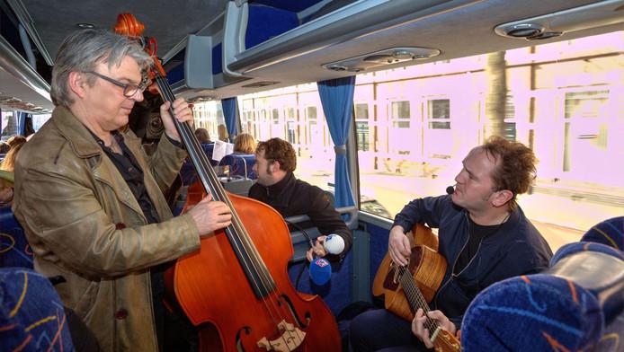 Muzikanten Jan de Boer en Arie Spaans spelen onderweg oude Haagse successen.