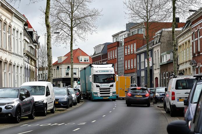 Vrachtwagens rijden, ondanks het verbod, op de centrumring van Bergen op Zoom.