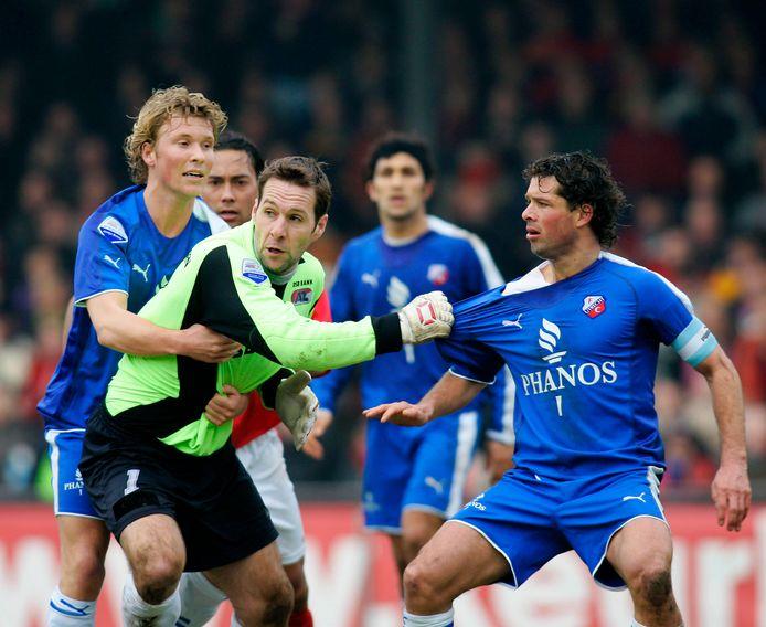 AZ-FC Utrecht: Rick Kruys houdt AZ-doelman Henk Timmer vast, die op zijn beurt het shirtje van Jean-Paul de Jong test.