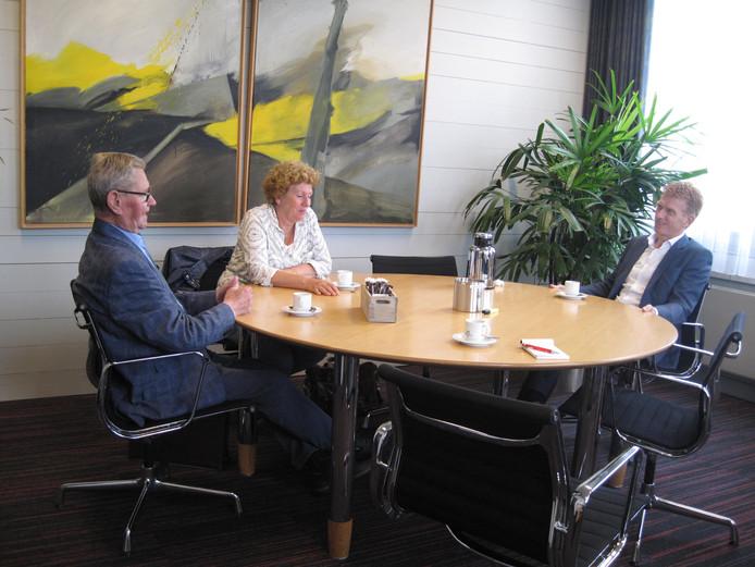 Oud-burgemeester Ben Schellekens met burgemeester Marnix Bakermans. In het midden Paula van Hout die hielp bij het schrijven.