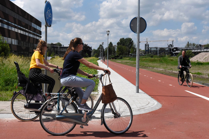 Het nieuwe fietspad achter het gebouw van het Minkema College in Woerden.