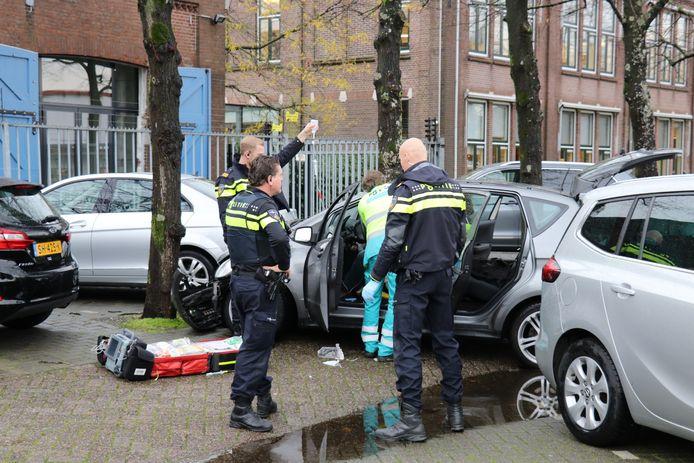 De automobilist botste op vier geparkeerde auto's en een lantaarnpaal.