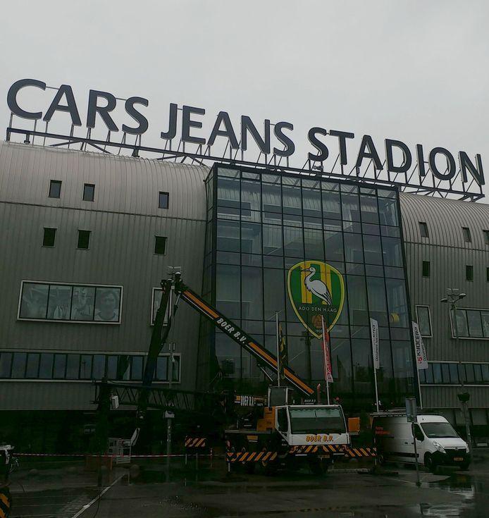 De nieuwe naam staat sinds vanochtend met grote letters op het Haagse stadion: Cars Jeans Stadion.