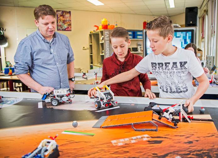 De tweeling Martijn en Tom (11) leert dankzij meester Johan Hof programmeren met behulp van Lego.