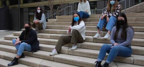 """Studenten kaarten discriminatie in make-up industrie aan: """"Nauwelijks foundation voor mensen met donkere huidskleur"""""""