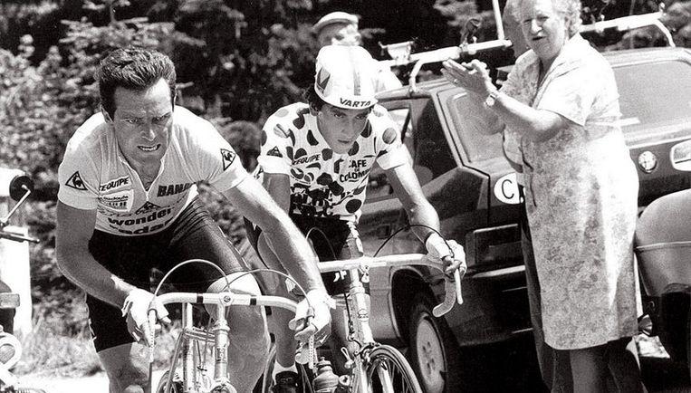 Luís Herrera in de Tour van 1985 aan de zijde van Bernard Hinault. De ongenaakbare Breton won de gele trui, de Colombiaan (rechts) de bergtrui. Foto ANP Beeld
