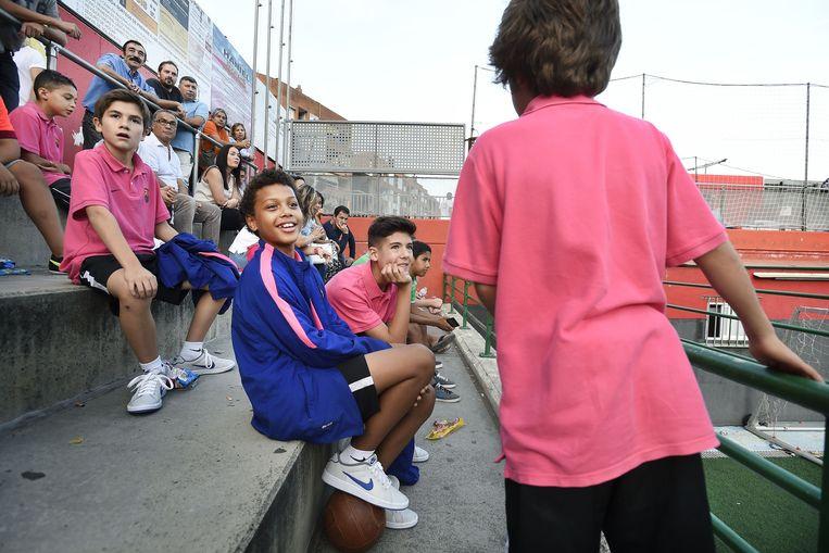 Fodé Fofana op de tribune bij een wedstrijd van zijn elftal in Sant Boi de Llobregat, op een halfuur rijden van Barcelona. Fodé speelde zondag niet mee vanwege groeipijn. Beeld Guus Dubbelman