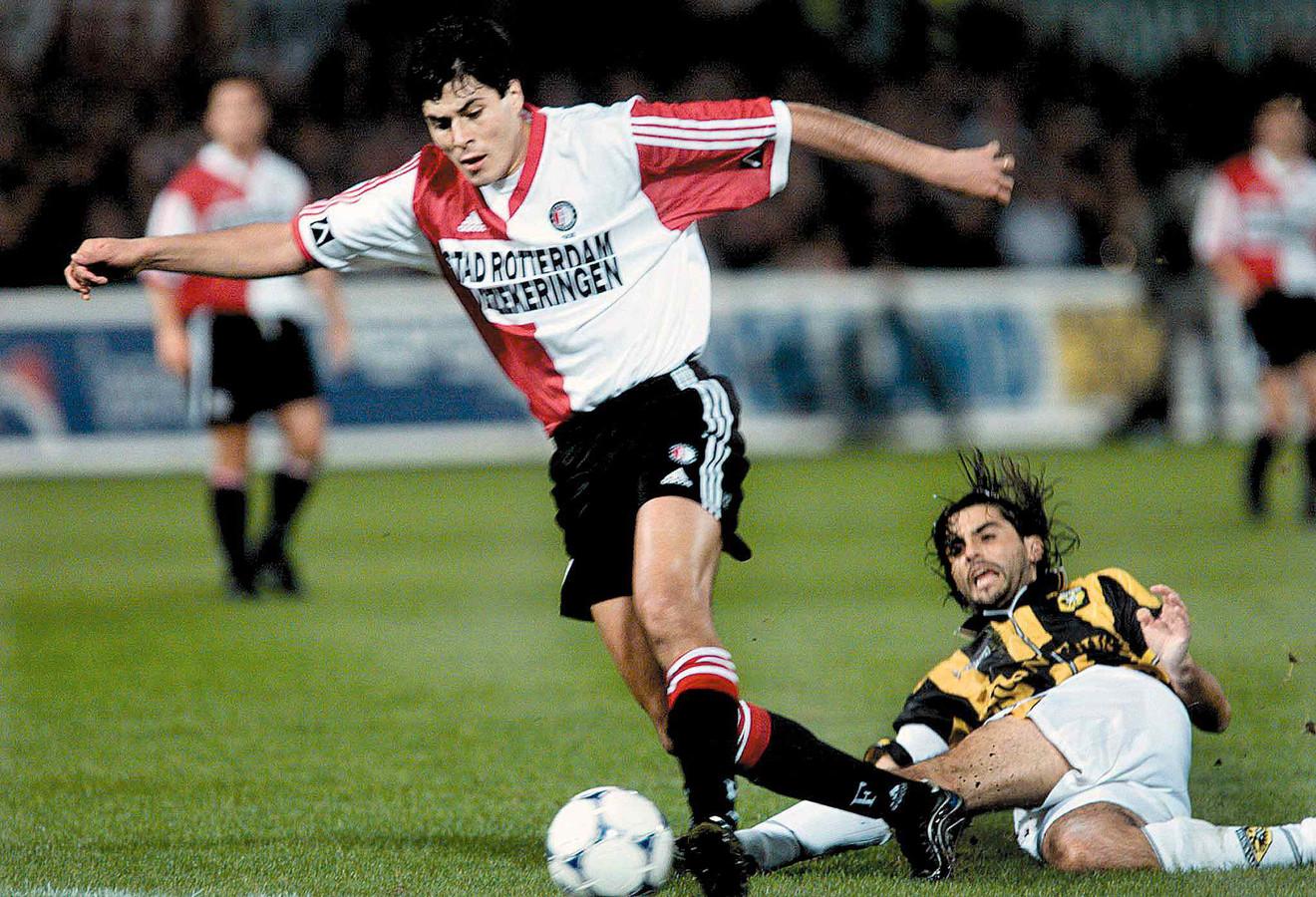Julio Cruz in actie tegen Vitesse in 1999.