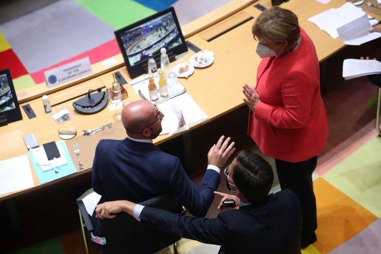 Angela Merkel in gesprek met Mark Rutte en Charles Michel. Beeld AP