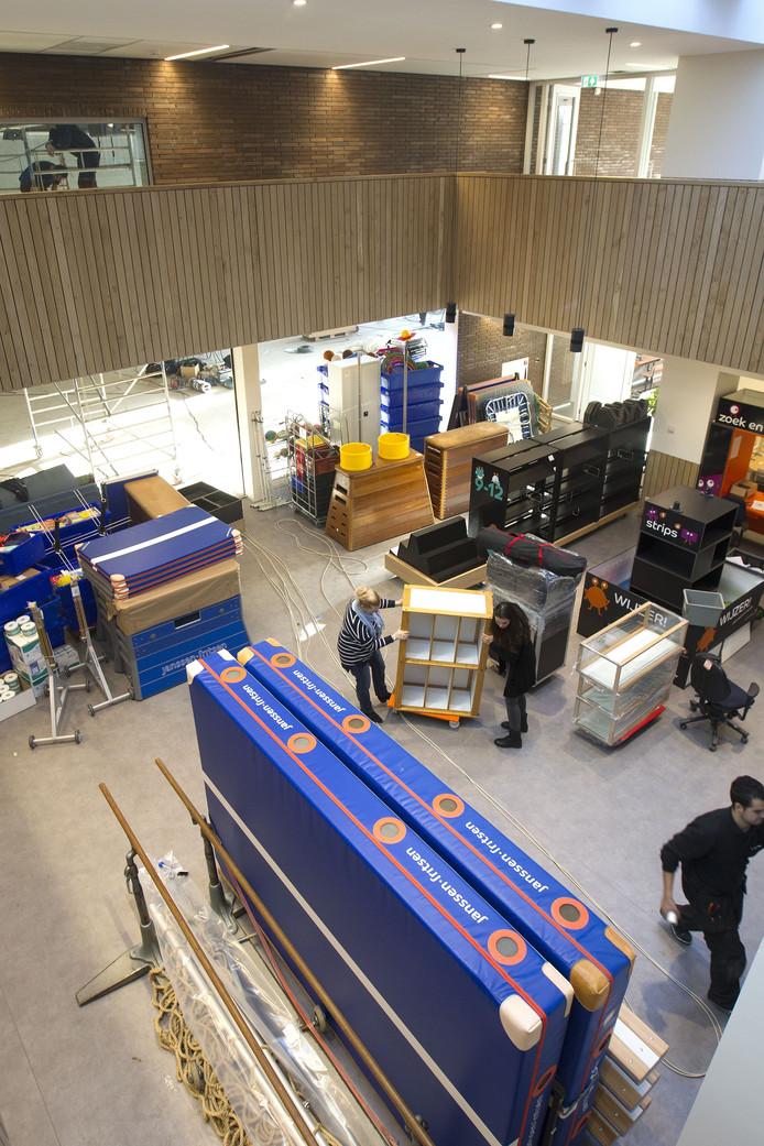 De nieuwe hal van basisschool Reigerlaan in Eindhoven, feitelijk de vroegere binnenplaats, staat nu nog vol met materialen uit onder meer de nieuwe gymzaal die nog afgebouwd wordt. FOTO KEES MARTENS/FOTOMEULENHOF