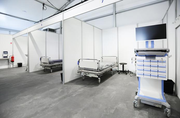 De tent voor Coronavirus patienten naast het OLVG in West.