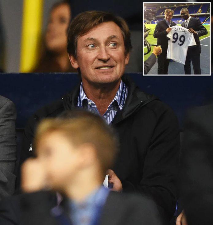 IJshockeylegende Wayne Gretzky kwam eens langs bij Tottenham Hotspur en kreeg een shirt uitgereikt.