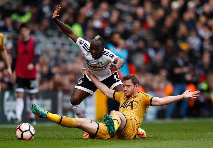 Neeskens Kebano in actie tegen Jan Vertonghen van Tottenham Hotspur.