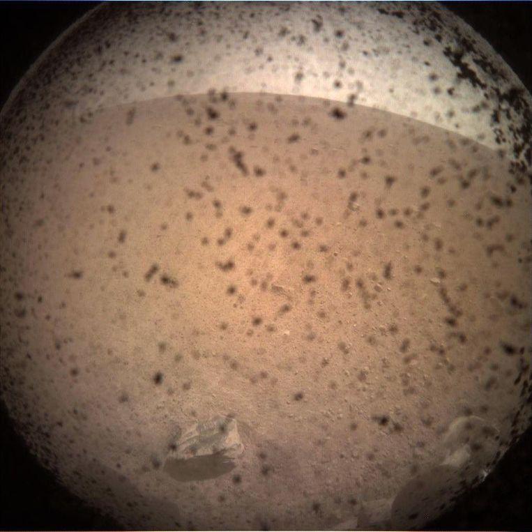 Het eerste beeld van Mars dat de InSight doorstuurde.
