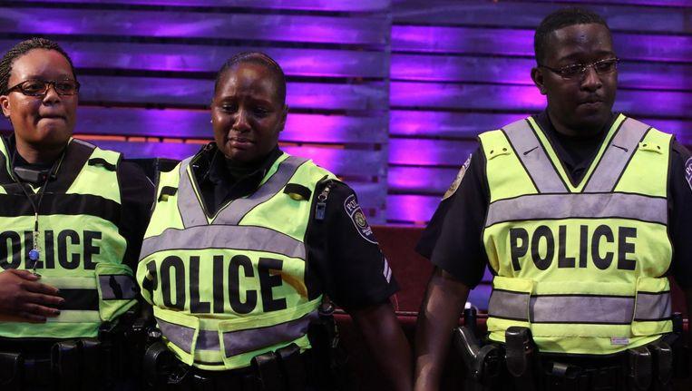Politieagenten in Dallas herdenken hun omgekomen collega's. Beeld ap