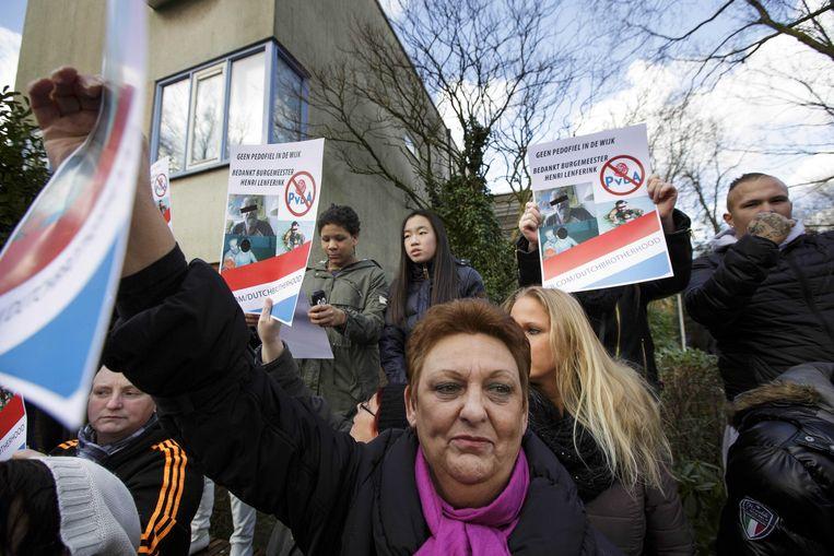 Demonstranten hebben zich verzameld bij de vermoedelijke woning van de voor seksueel misbruik veroordeelde zwemleraar Benno L. Beeld ANP