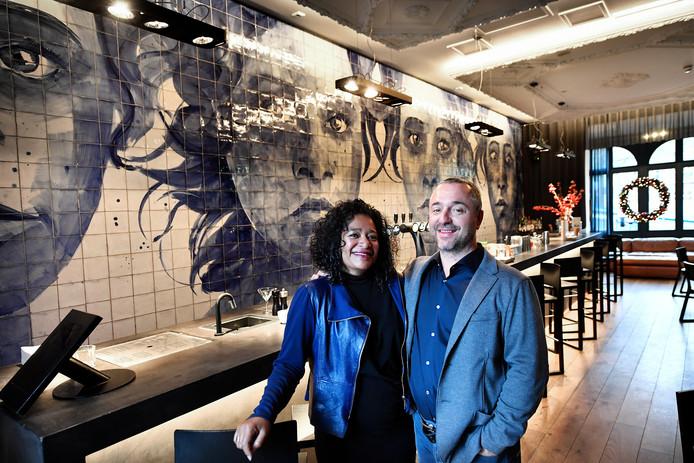 Aïda Papilaja en Sander Hendrix voor hun tegelmuur.