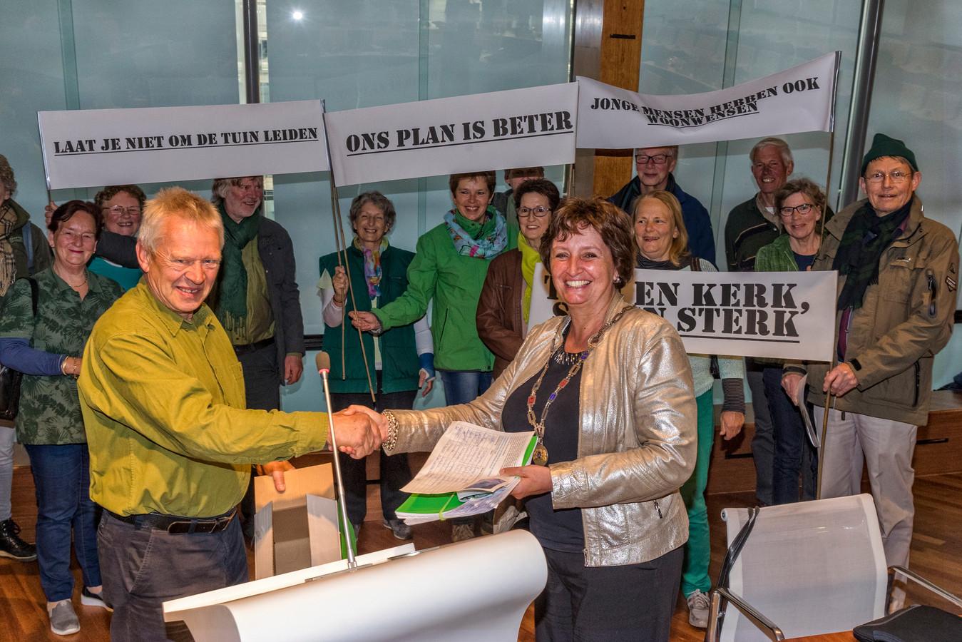 Burgemeester Spies ontvangt van de bewoners van buurtschap de Groenendijk een petitie 'Houd de tuin groen'