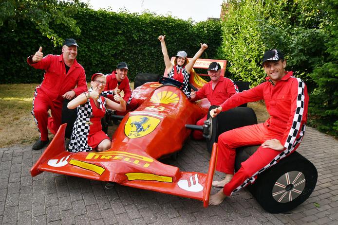 De Ootmarsumse carnavalsvereniging Moerbekkenkamp biedt een Formule 1-wagen op ware grootte aan.