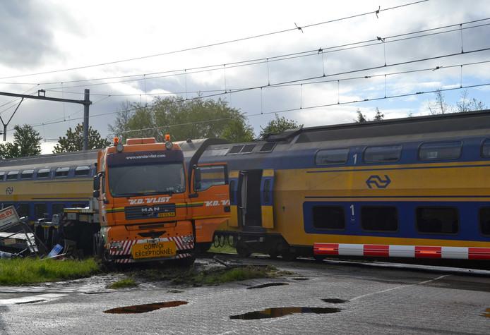 Een verkeerd staande lantaarnpaal was volgens Prorail de oorzaak van de botsing van een passagierstrein en dieplader op deze bewaakte spoorwegovergang bij Wouw, in april vorig jaar.