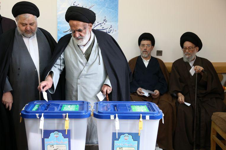 Iraanse mannen brengen vrijdag hun stem uit voor een nieuw parlement en een nieuwe Raad van Experts Beeld null