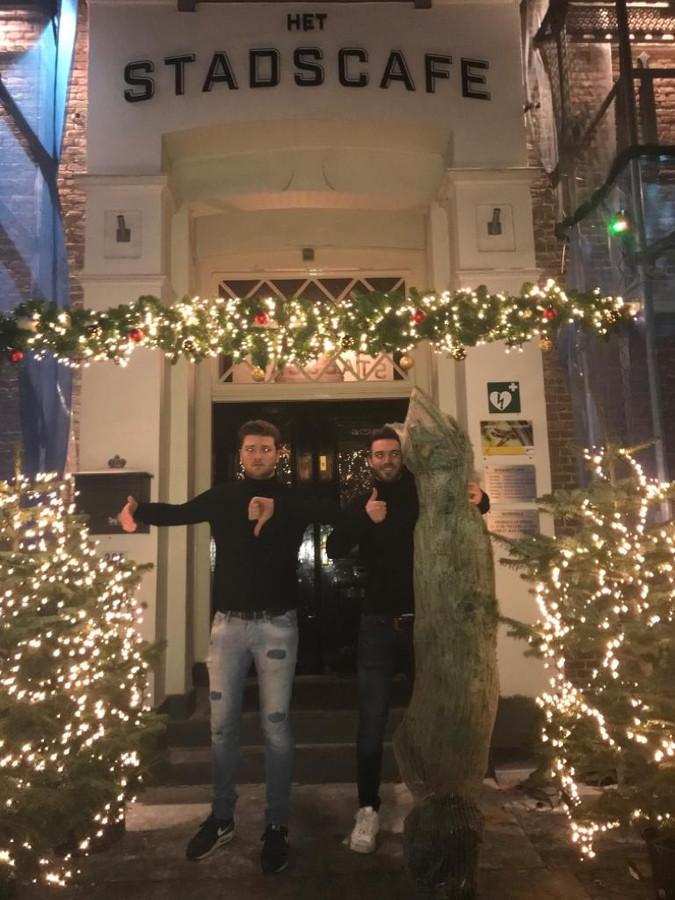 Joost en Stijn Vrolijk van Stadscafé Apeldoorn met de kerstbomen.