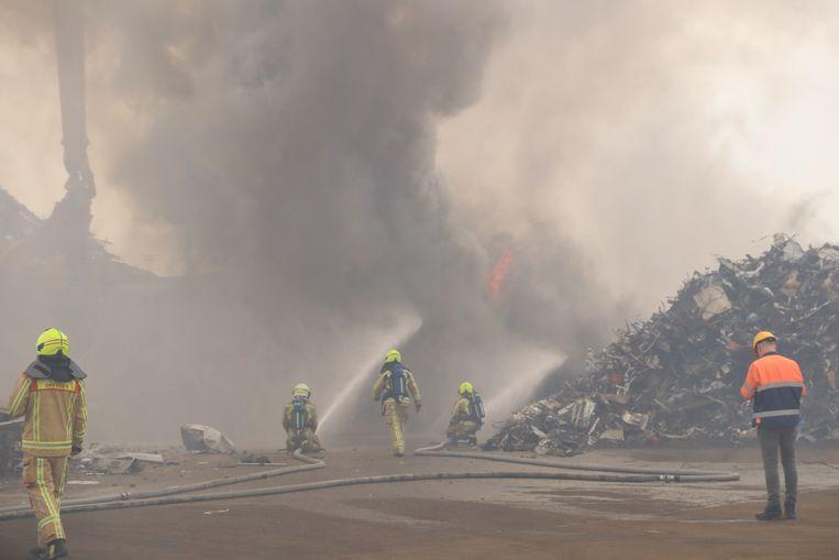 Bij Belgian Scrap Terminal woedt momenteel een zware brand in een berg schroot.