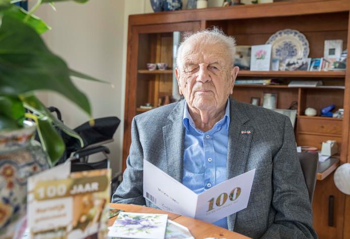 De 100-jarige Adriaan Kousemaker in zijn appartement op landgoed Rijckholt in Geersdijk.