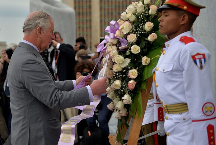 De Britse prins legt een bloemenkrans neer op het Plein van de Revolutie in Havana.