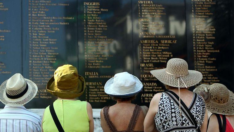 Toeristen bekijken het monument ter nagedachtenis van de aanslagen op Bali in 2002. Beeld epa