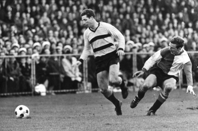 Tonny van der Linden in actie namens DOS tegen Feyenoord van een andere Utrechter, Hans Kraay.