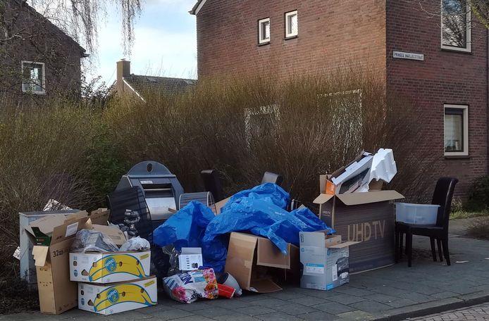 De wijkcontainer in de Prinses Margrietstraat is omgeven met afval.Het is geen uitzondering in het Gorcums straatbeeld.