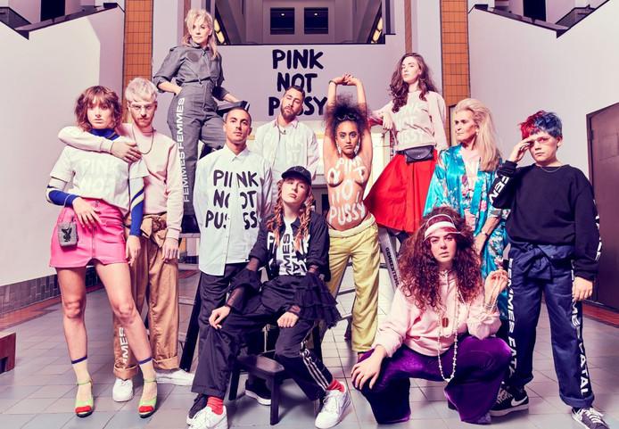 Modellen van de Pink Not Pussy Club showen in het Gemeentemuseum de modelijn van Femmes Fatales.